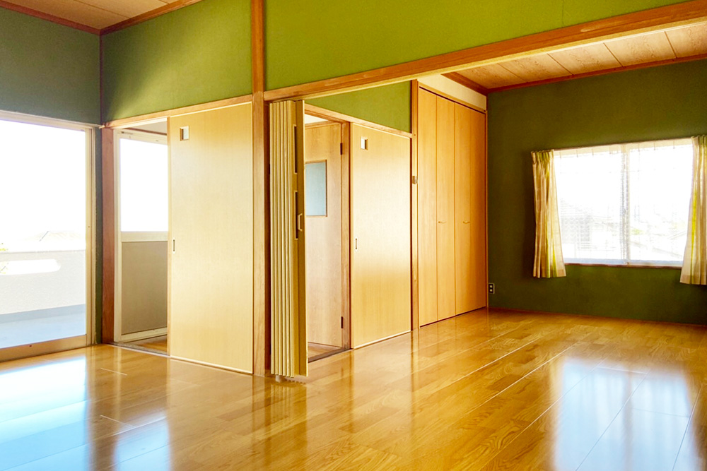 物件画像ギャラリー:大家族や二世帯にも対応! 広々和室で家族が寛ぐ家